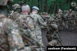 Освячення зброї під час церемонії в Холодному Яру. Травень 2021 року