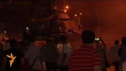 Полиция кулга алган хәрбиләр һәм Анкарадагы танк