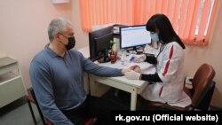 Сергій Аксенов прищепився російською вакциною від коронавірусу «Супутник V»