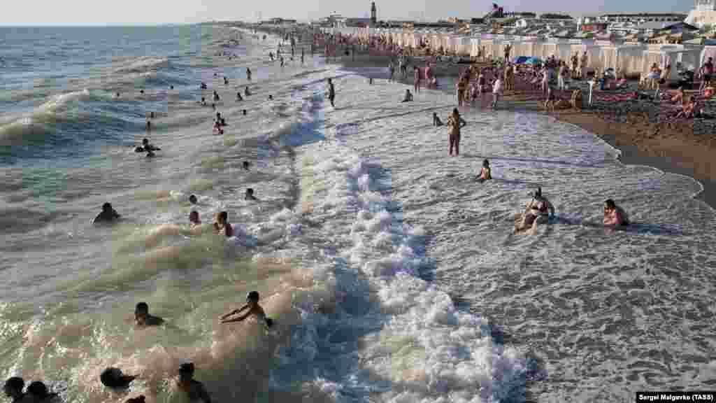 Прибрежную территорию на гребне привлекательности Новофедоровки в 2006-2010 годах, когда приезжие и сами крымчане все больше стали ездить в поселок на отдых, застроили прибыльными мини-пансионатами