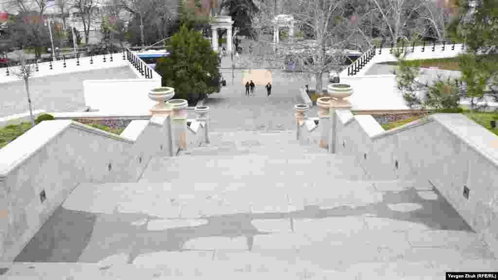 З проспекту Нахімова на Матроський бульвар ведуть широкі сходи. За пішохідним переходом видно вхід на Приморський бульвар