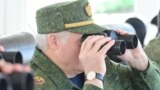 Аляксандар Лукашэнка глядзіць у бінокль, архіўнае фота
