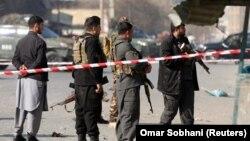 ارشیف، کابل کې د یوې چاودنې په سیمه کې راټول شوي پولیس