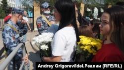 Два казанских мемориала жертвам стрельбы в 175-й школе: в чем разница