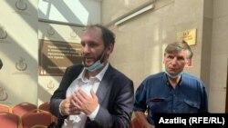 Мәхкәмәдә юрист Алексей Златкин (с) һәм ТИҮ рәисе Фәрит Зәкиев