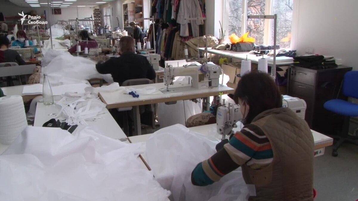 Коронавирус: во Львове шьют медицинские костюмы вместо женской одежды – видео
