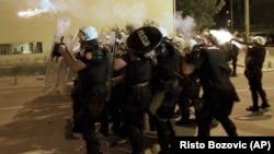 Policajci ispaljuju suzavce na građane u Podgorici, 24 juna 2020.