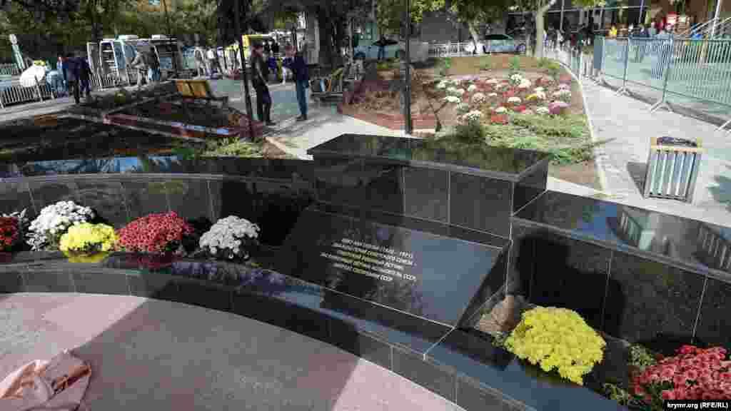 За пам'ятником розбитий квітник між гранітними плитами