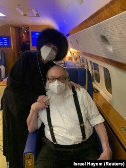 پولارد و همسرش در هواپیمای شخصی ادلسون به هنگام سفر به اسرائیل در ۳۰ دسامبر ۲۰۲۰
