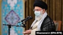 Oamenii protestează și la Teheran, din solidaritate cu cei din Khuzestan, provincie în sud-vestul Iranului, extrem de bogată în resurse, din cauza lipsei de apă și a politicii dezastruoase a resurselor. Imagine cu Ayatollahyl Ali Khamenei, 28 iulie 2021