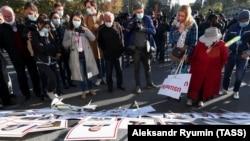 """Митинг-протест против карабахских соглашений в Ереване, плакаты с надписью """"Предатели"""". 12 ноября 2020"""