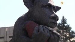 У Запоріжжі встановили пам'ятник фейкові російських ЗМІ (відео)