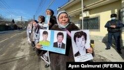 Үч уулунун боштондугун талап кылган Калида Акытхан. Казакстандагы Кытай консулдугунун алдында өткөн митинг.