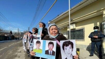 Protest kod kineskog konzulata. Kalida Akithan kaže da su njena tri sina pritvorena u Kini, Almati, 2. mart 2021.