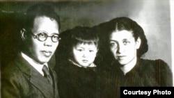 Ли с женой Е.П. Кишкиной и дочерью Ли Иннань, 1946 год