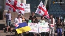 Новий «вид» російської окупації. Українці та грузини протестують