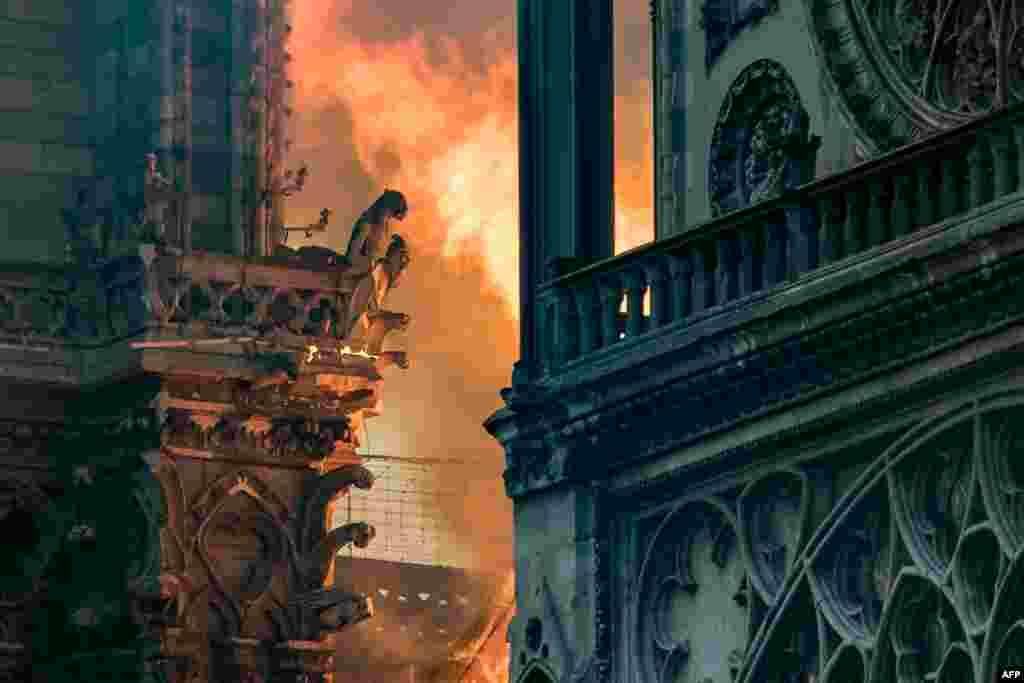 На 15 април 2019 г. пожар пламна в катедралата Нотр Дам в Париж. В продължение на няколко часа огънят унищожи две трети от покрива. Пострадаха уникални стъклописи, реликви на ранното християнство и произведения на изкуството. Беше разрушен и шпилът на Нотр Дам – кулата-стрела, изградена през 19-и век.