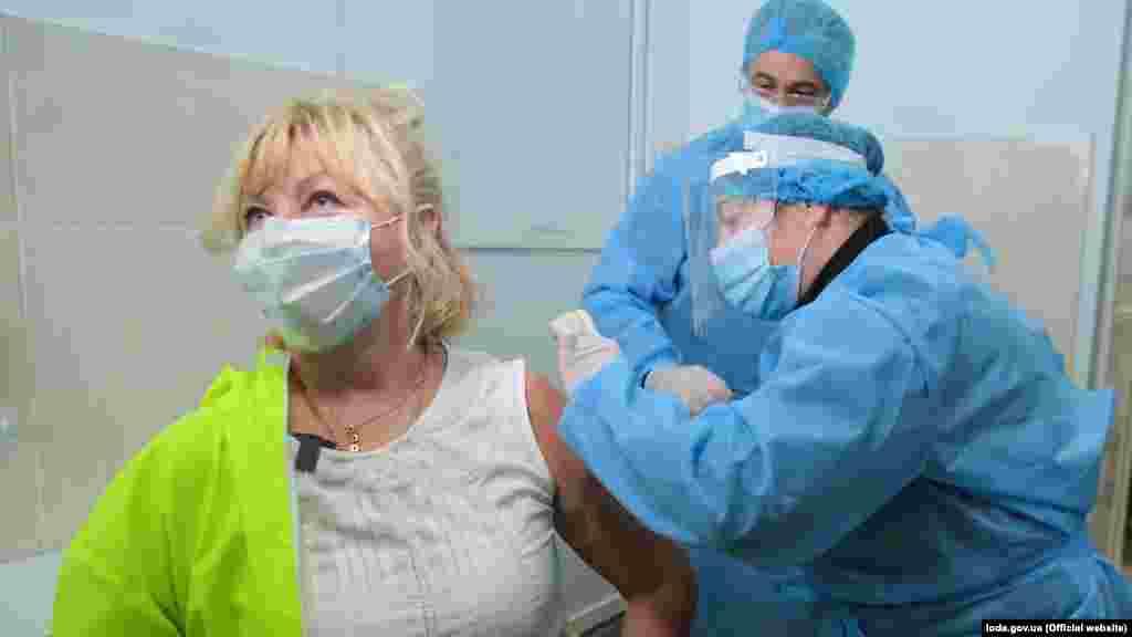 Лікарка з Львівської обласної інфекційної лікарні Таміла Алексанян першою на Львівщині отримала щеплення проти COVID-19