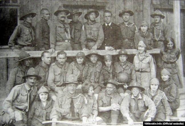 Табір УПС (Уладу пластунів сеньйорів). Урочище Підлюте (Карпати), 1930 рік. Арсен Річинський – зліва у нижньому ряду