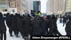 """Полиция марқұм белсенді Дулат Ағаділді еске алуға келгендерді """"кеттлингке"""" алған сәт. Нұр-Сұлтан, 28 ақпан 2021 жыл."""