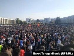 Митинг оппозиции на площади Ала-Тоо в центре Бишкека, 5 октября 2020 года.