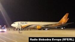 Луѓе од Авганистан пристигнуваа на аеродромот во Скопје