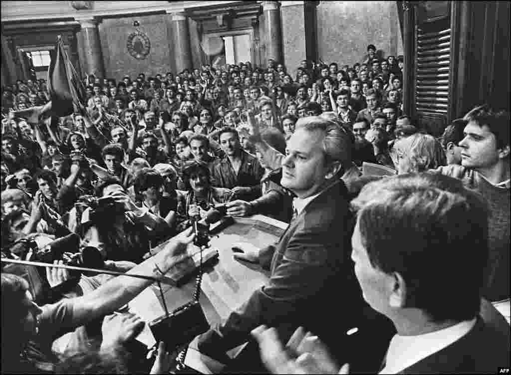 Лидер сербских коммунистов Слободан Милошевич обращается к рабочим в парламенте, 1988 год. В 1987 году, когда межэтническая напряженность была накалена на фоне экономических потрясений, Милошевич открыто встал на сторону сербов в Косове, которые жаловались на преследования со стороны албанского большинства. Многие расценили решение Милошевича поднять вопросы этнического недовольства как нарушение существовавшего в югославской политике негласного табу. Косово было чрезвычайно уязвимым регионом отчасти из-за его истории межэтнических столкновений. Для Югославии это стало началом конца.