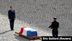 Президент Франции Эммануэль Макрон на церемонии прощания с Жан-Полем Бельмондо, Париж, 9 сентября 2021 года