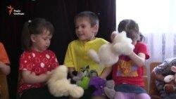Дітей, евакуйованих із дитбудинків у зоні бойових дій, повертають на Луганщину (відео)