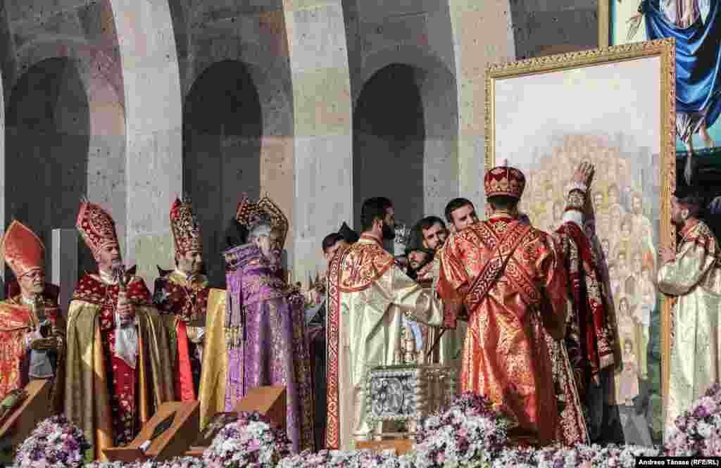 Înalți prelați din întreaga lume înfăptuiesc ritualul de canonizare a celor 1.500.000 de armeni, victime ale Genocidului Armean din 1915, la Sfântul Scaun de la Etchimiadzin, centrul Patriarhiei armene, joi, 23 aprilie 2015, Etchimiadzin, Armenia. La ceremonie participă peste 80 de reprezentanți ai tuturor bisericilor surori, ceremonia de canonizare fiind condusă de Karekin al II-lea, Patriarh și Catolicos al Tuturor Armenilor, de Sfinția Sa Tawadros II, Papa al Alexandriei și Patriarh al Africii, Parrtiarh al Bisericii Ortodoxe Copte, Sfinția Sa Moran Mor Aphrem II, Patriarh al Antiohiei și al Întregului Est, Lider Suprem al Bisericii Ortodoxe Universale Siriene, Sfinția Sa Baselios Mar Thoma Paulose II, Lider Suprem al Bisericii Ortodoxe Malankara, Mitropolitul Seraphim de Zimbabwe, Patriarh al Alexandriei și Întregii Africi, Beatitudinea Sa Youhanna X, Patriarh al Bisericii Ortodoxe din Grecia, al Antiohiei și al Întregului Est, și alții.