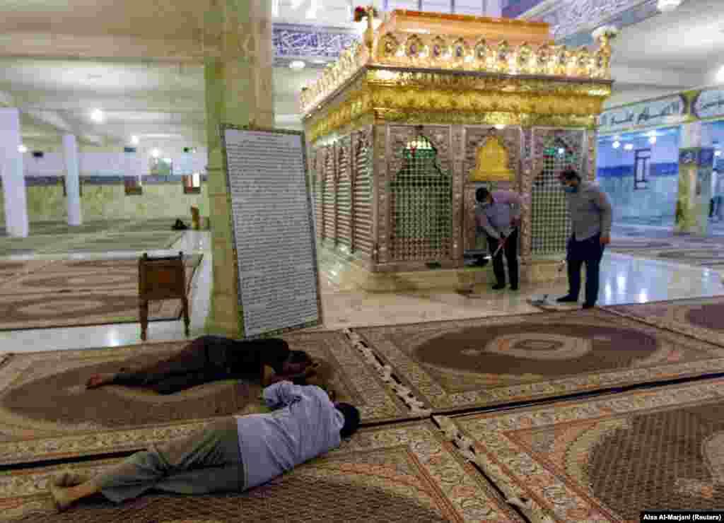 Эн-Наджаф, Ирак. Мужчины спят на полу в здании шиитской святыни