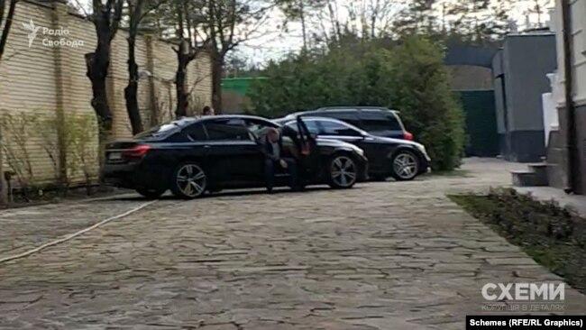 Журналісти помітили біля входу в заклад ще автівки, які чекали, однак менеджер переконував, що ними приїхали мешканці готелю