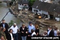 Angela Merkel német kancellár az árvíz sújtotta területeken, a nyugat-németországi Schuldban, 2021. július 18-án.