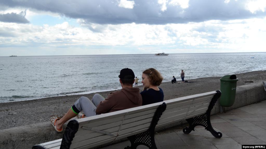 А біля моря – парочки закоханих