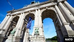 Steagul NATO a fost arborat la Arcul de Triumf din Parcul Cinquantenaire din Bruxelles din 11 până în 15 iunie, cu prilejul summit-ului Alianței.