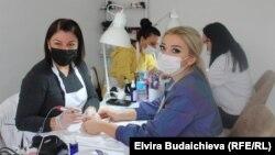Мира Дөөталиеванын сулуулук салонунда иштеген кыз-келиндер жана кардары.