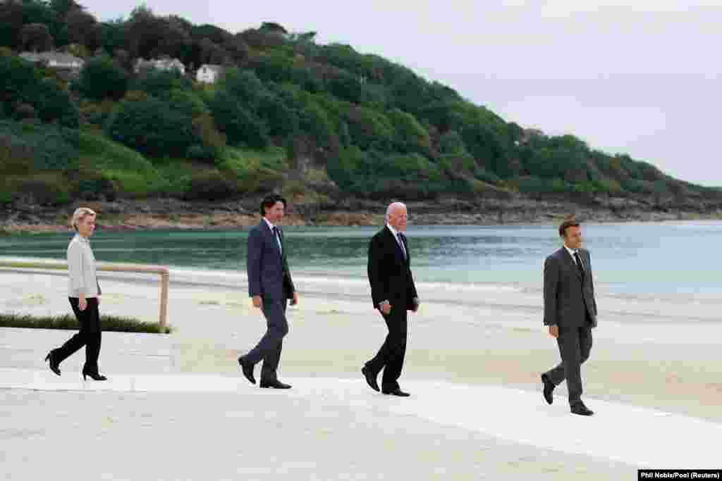Predsjednica Evropske komisije Ursula von der Leyen, kanadski premijer Justin Trudeau, američki predsjednik Joe Biden i fransuski predsjednik Emmanuel Macron šetaju obalom odmarališta Carbis Bay u Cornwallu gdje se održava ovogodišnji G7 samit.