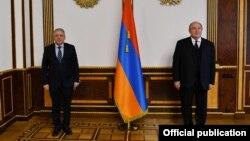 Новый министр обороны Армении Вагаршак Арутюнян (слева) и президент Армении Армен Саркисян