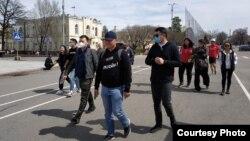 """""""Мыйзамдуулук үчүн!"""" жүрүшүнүн катышуучулары. Бишкек. 4-апрель, 2021-жыл."""