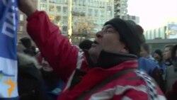 На знак примирення мітингувальники з двох майданів обмінялися символікою і заспівали гімн