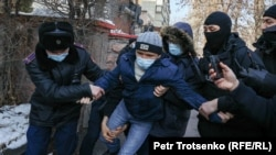 د قزاقستان پولیس د اعتراض کوونکو د نیولو پر مهال