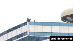 """""""Жас Отан"""" форумы өтіп жатқан кезде ғимарат үстінде маңайды бинокльмен бақылап тұрған екі адам. Нұр-Сұлтан, 11 желтоқсан 2020 жыл."""