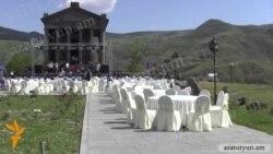 Սեղաններ ու «Երեւանից բերված խորոված» Գառնու տաճարի բակում