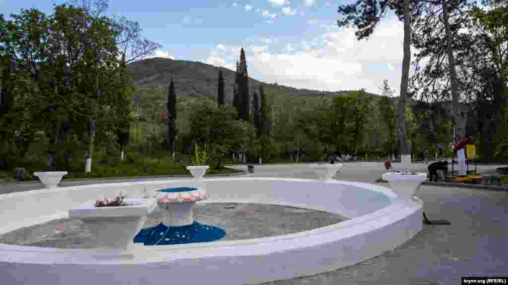 Köyniñ çeşmeli parkı, amma suvı yoq