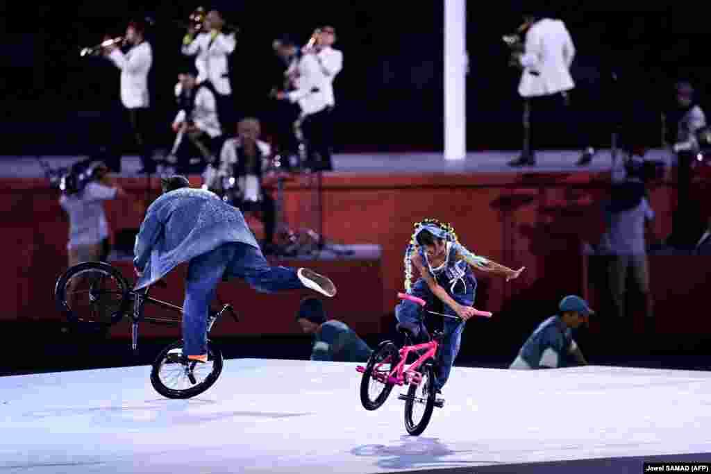 Велосипедная акробатика во время церемонии закрытия Олимпийских игр в Токио-2020 на Олимпийском стадионе, 8 августа 2021