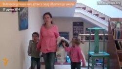 Волонтери допомагають зібрати дітей зі сходу до школи