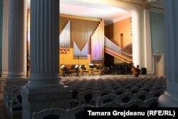 Sala cu Orgă în pregătiri pentru spectacol