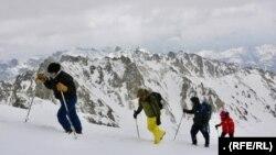 کوهنوردانی که برای نخستین بار بلندترین قله کوه های بابا را فتح کردند.