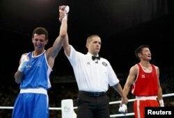 2016 жылы Рио олимпиадасында моңғолиялық Отгондалай Доржнямбуугийн (қызыл формада) мен франциялық Софьян Умиа (көк формада) арасындағы жекпе-жек.
