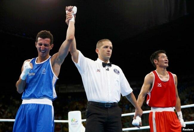 На Олимпийских играх в Рио-де-Жанейро в 2016 году поединок между Отгондалай Доржнябууги из Монголии (в красном) и Софьяном Умиа из Франции (в синем)